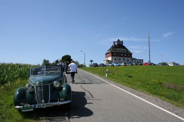 Historische Fahrzeuge und Oldtimer auf dem Schwartenberg
