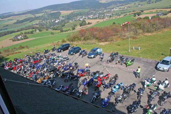 Motorräder auf dem Schwartenberg im Erzgebirge