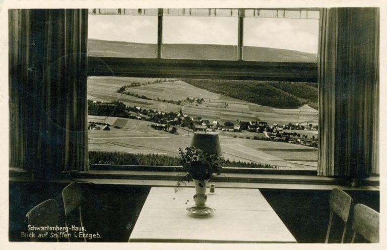Historisches Foto vom Berggasthaus Schwartenbergbaude mit Blick auf Seiffen
