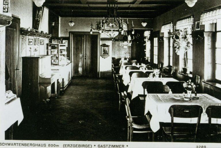 Historisches Foto der Gaststube im Berggasthaus Schwartenbergbaude