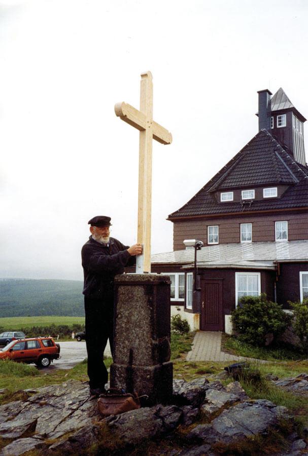 Errichtung des neuen Gipfelkreuzes auf dem Schwartenberg