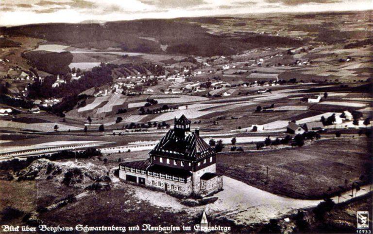 Historisches Foto der Schwartenbergbaude mit Blick auf Neuhausen im Erzgebirge