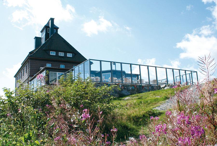 Berggasthaus Schwartenbergbaude mit Panoramaterrasse im Sommer