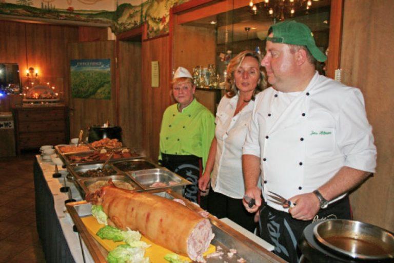 Buffet mit Spanferkel zur Feier auf dem Schwartenberg